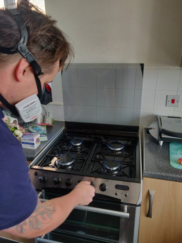 gas man fitting a new cooker